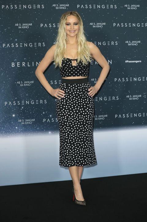 grudziń 2016, konferencja prasowa filmu Pasażerowie w Berlinie (stylizacja Dolce & Gabbana)