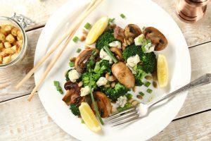 Salatka_z_grillowanymi_pieczarkami_i_brokulami